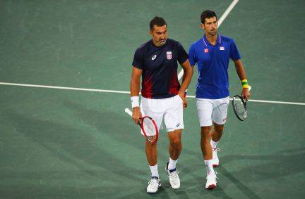 Djokovic también pierde en dobles
