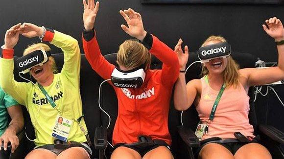 El equipo olímpico alemán prueba anteojos de realidad virtual en la Villa Olímpica. Foto: AFP.