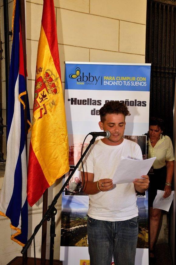 El poema comienza la actividad inaugural. Foto. Roberto Garaicoa Martínez/ Cubadebate