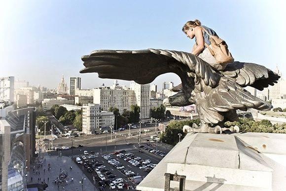 Encima de un águila de bronce de la estación Kiévskaya, Moscú.