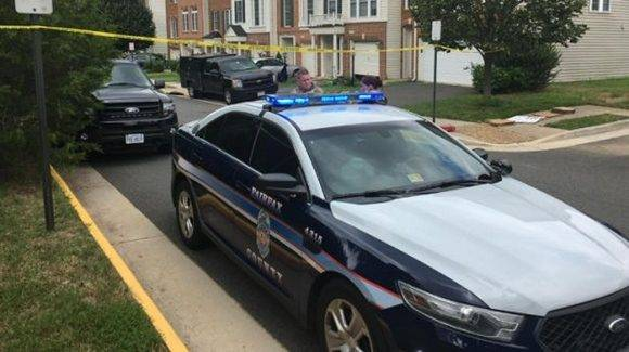 Nicholas Young, de 36 años, es el priemer agente del orden de EE.UU detenido por colaborar con el EI. Es es su casa en Fairfax. Foto: @ABC7Sam.