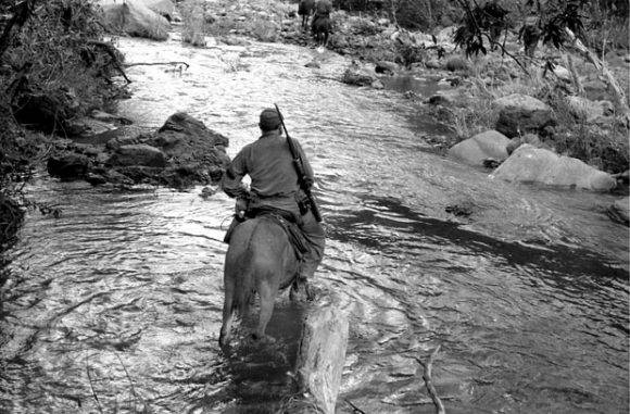 (1958) Fidel Castro montado a caballo mientras cruzaba el río Yara. Foto: Enrique Meneses.