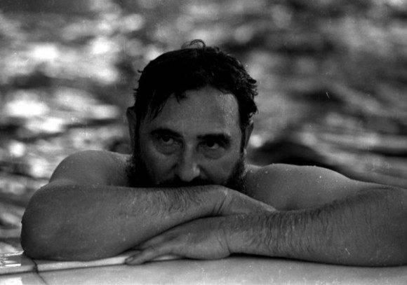 Fidel en una piscina durante su visita a Rumanía en 1972 (tenía 46 años). Foto: Prensa Latina.
