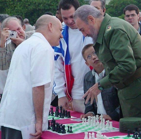 Fidel y Silvino en la Plaza de la Revolución. Con la cámara, Jesús G. Bayolo, el autor de este libro.