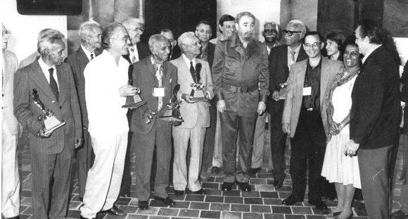 Fidel junto con ganadores del Premio Nacional de periodismo José Martí y otros invitados al VII Congreso de la Upec. Foto: Carlos Canovas / Trabajadores