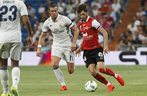 Gareth Bale y Gregory Berthier. El galés regresó de su lesión. Foto: Felipe Sevillano/ AS.