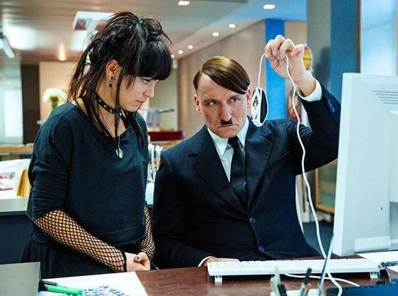 La cinta muestra a Hitler confundido en su retorno a la vida moderna.