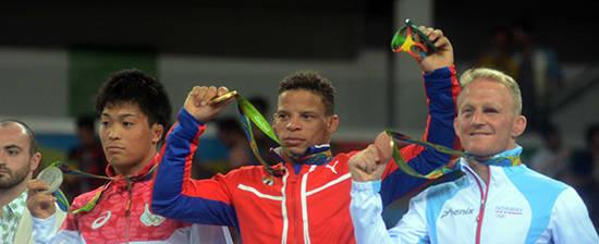 Borrero recibe su medalla de oro. Foto: Juan Moreno/ Juventud Rebelde.