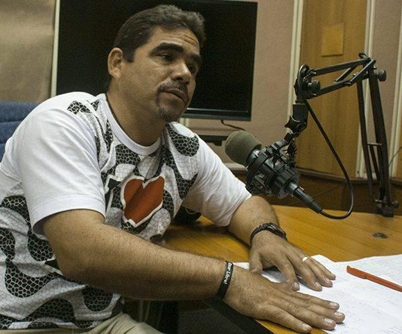Joel García, enviado especial a Rio-2016, durante la grabación del podcast en Radio Rebelde. Foto: José Raúl Concepción/ Cubadebate.
