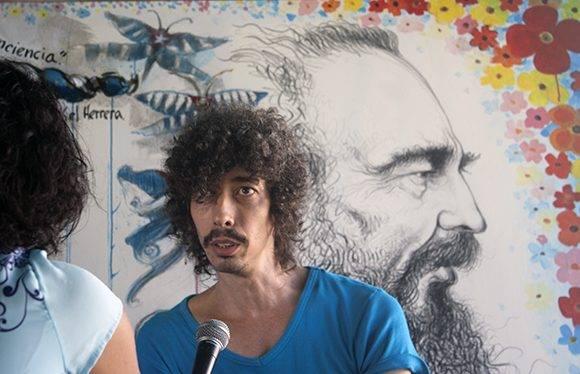 Jose Luis Fariñas, creador del Fidel que se ve detrás en el mural. Foto: José Raúl Concepción/ Cubadebate.