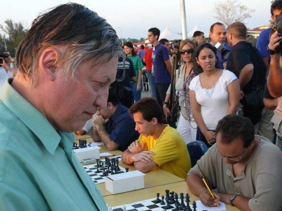 """""""Estas simultáneas son un gran acontecimiento para el ajedrez cubano y para el ajedrez mundial"""", declaró el siete veces campeón mundial Anatoli Karpov."""
