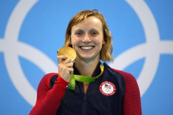 Katie Ledecky de Estados Unidos celebra el oro después de ganar con récord mundial en la prueba femenina de los 800 metros libres en los Juegos Olímpicos de Rio 2016 Foto: Clive Rose Getty Images