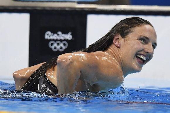 La húngara Katinka Hosszu celebra luego de imponer un récord mundial y de conquistar el oro en los 400 metros combinado individual de los Juegos Olímpicos en Río de Janeiro, el sábado 6 de agosto de 2016 (Frank Gunn/The Canadian Press via AP)