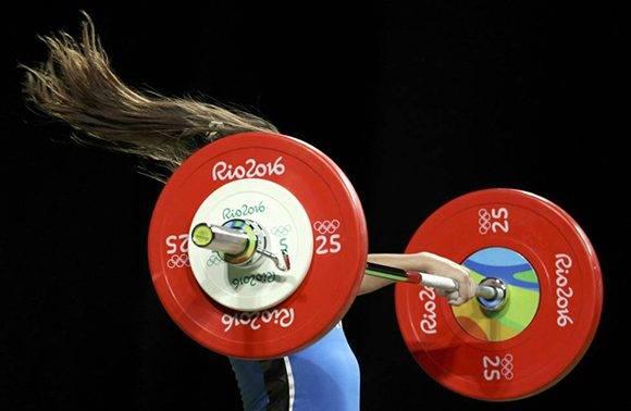 La argentina Joana Palacios compitiendo en halterofilia. Foto: Stoyan Nenov/ Reuters.