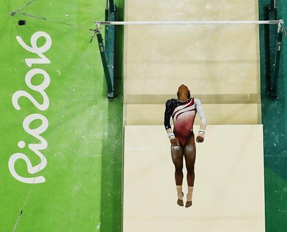 La estadounidense Gabrielle Douglas compite en las barras asimétricas por la final de gimnasia artística. Foto: Morry Gash/ AP.