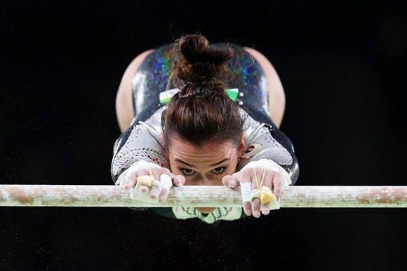 La italiana Erika Fasana compitiendo en las barras asimétricas. Foto: Tom Pennington/ Getty Images.