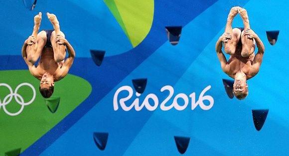 La pareja de Gran Bretaña Jack Laugher y Chris Mears, ganadores de la medalla de oro en la prueba de salto sincronizado, trampolín 3 metros.