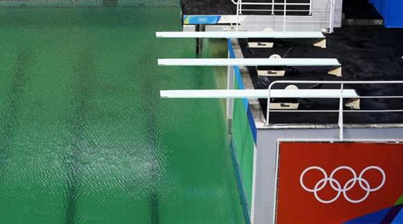 La piscina de Río con agua verde. Foto: EFE