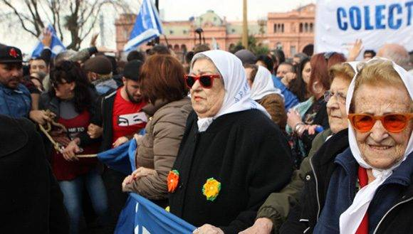 Hebe de Bonafini, presidenta de las Madres de la Plaza de Mayo, durante una marcha. Foto: EFE/ Archivo.