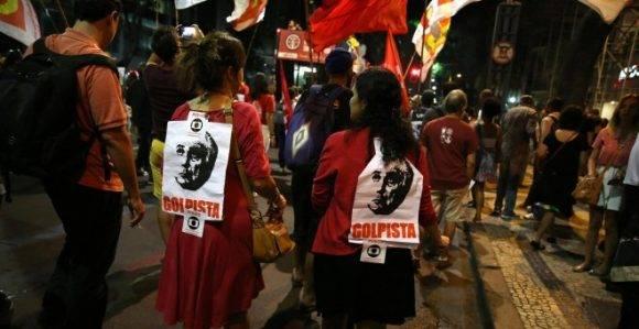 Manifestantes en favor de Dilma Rousseff han salido en la calle este lunes en diversas ciduades brasileñas en protesta contra el proceso contra la mandataria. Foto: Reuters