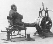 Masaje en los pies para aumentar la circulación de sangre. Foto: Digital Museum.