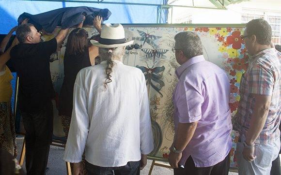De izq a der los pintores Maykel Herrera, Alicial Leal y Jorge Pereira, junto a Ulises Guilarte y Rubén del Valle, presidente del Consejo de las Artes Plásticas, develan uno de los murales. Foto: José Raúl Concepción/ Cubadebate.