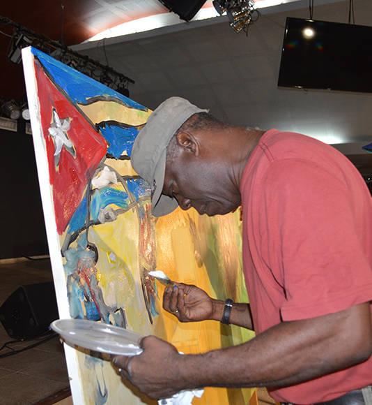 """Eduardo Roca """"Choco"""" durante el proceso de creación de los murales en el Sauce. Foto cortesía de Artex."""