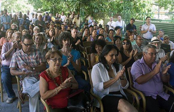 Público asistente a la sede de Artex para contemplar la inauguración de las obras. Foto: José Raúl Concepción/ Cubadebate.