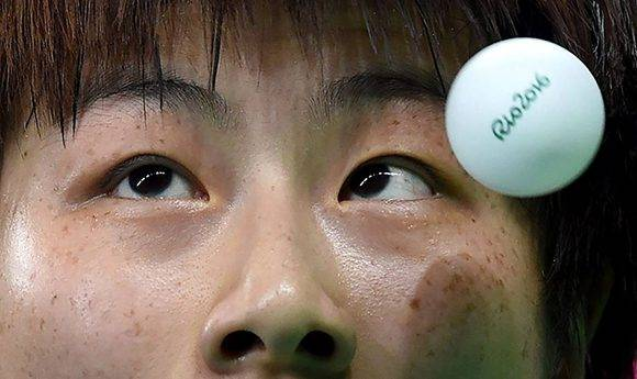 Ning Ding, de China, compitiendo en tenis de mesa.