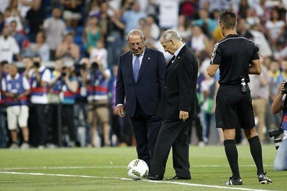 Las glorias del fútbol europeo, Paco Gento y Raymond Kopa, hicieron el saque inicial. Foto: Emilio Cobos/ AS.