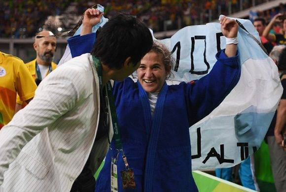 Pareto festeja la obtención del oro Olímpico con la bandera argentina . Foto: Laurence Griffiths/ Getty Images.
