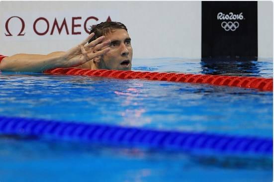Phelps anuncia con sus dedos la cuarta medalla de oro que obtiene en Río. Foto; Guetty Images