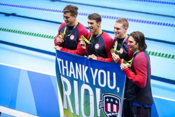 Phelps recibe su última medalla de oro