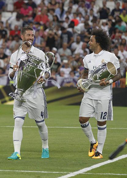 Los capitanes exhiben la Chamions y la Supercopa de Europa. Foto: Jesús Aguilera/ AS.