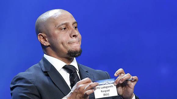 El cambio de bola de Roberto Carlos levantó la polémica en todas las redes sociales. Foto: Sebastien Nogier/ EFE.