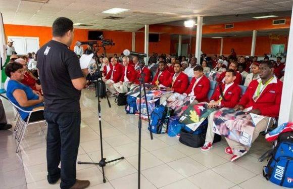 Ronal Hidalgo Rivera (I), Segundo Secretario del Comité Nacional de la Unión de Jóvenes Comunistas (UJC), pronuncia las palabras centrales del acto de recibimiento a los deportistas participantes en los XXXI Juegos Olímpicos de Río 2016, en el Aeropuerto Internacional José Martí, en La Habana, Cuba, el 23 de agosto de 2016. Foto: Calixto N. LLANES/ Juventud Rebelde