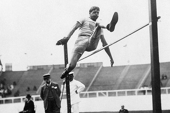 Juegos Olímpicos de Londres 1908. England. Picture shows the Water Commissioner, Ray Ewry, when he was an athlete in 1908. He is shown leaping over the high jump. (Photo Latin Stock) FOTOGRAFIA AUTORIZADA PARA SER PUBLICADA UNA SOLA VEZ.