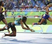 La atleta bahamesa, Shaunae Miller, se lanza de cabeza para ganar el oro en los 400m. Foto: Leonhard Foeger/ Reuters.