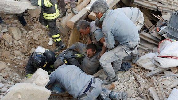 Bomberos rescatan a un hombre atrapado entre los escombros. Foto: ANSA