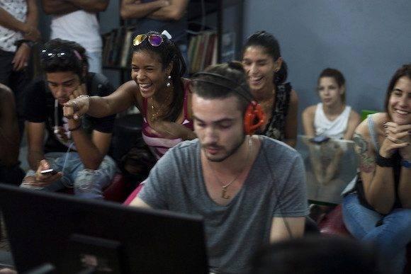 """El público presente en la sala de juego también """"calentaba"""" el enfrentamiento entre los equipos. (Fernando Medina / Cachivache Media)"""