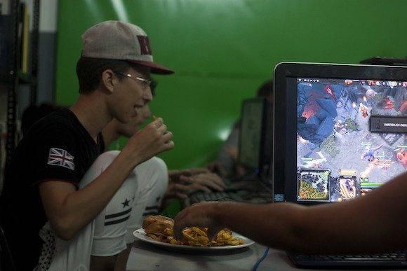 Una merienda para recargar energías no viene mal durante un torneo como el Dota 2. (Fernando Medina / Cachivache Media)