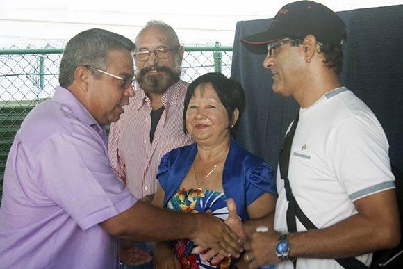 Ulises Guilarte saluda a Flora Fong, Ever Fonseca y Roberto D. Gonzaález. Foto: José Raúl Concepción/ Cubadebate.