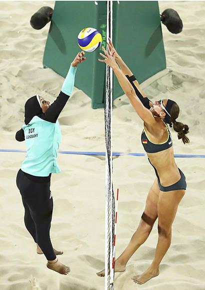 Salto entre Doaa Elghobashy (Egipto) y Kira Walkenhorst (Alemania). Foto: Lucy Nicholson/ Reuters.