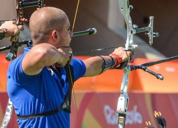 Adrián Puente, de Tiro con Arco, queda entre los 16 mejores.