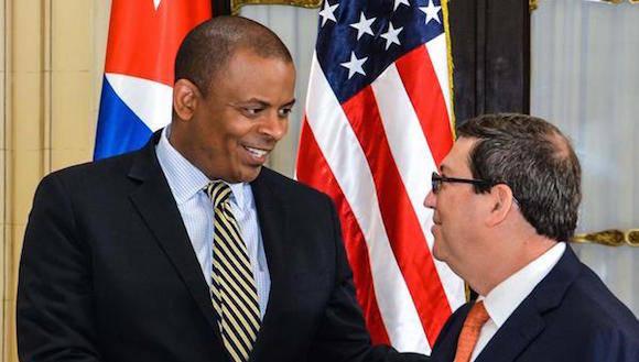 Bruno RodrÌguez Parrilla (D), ministro de Relaciones Exteriores de Cuba, recibe a Anthony Foxx, secretario de Transporte estadounidense, en la sede de la cancillerÌa cubana, en La Habana, el 31 de agosto de 2016.   ACN FOTO/Marcelino V¡ZQUEZ HERN¡NDEZ/ogm