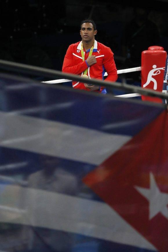 Arlen López mientras se escuchan las notas del Himno Nacional cubano. Foto: Vincent Thian/ AP