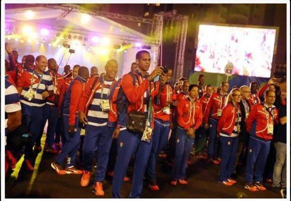 La delegación cubana en el izaje de la bandera en la Villa Olímpica. foto: Jit