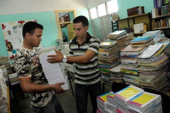 Se han producido y distribuido 15,7 millones de libretas rayadas y 500 mil libretas cuadriculadas. Foto: Juventud Rebelde.