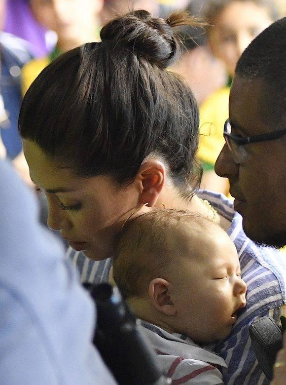 Mientras, Boomer, el bebé de Michael Phelps, duerme en los brazos de su madre, cuando el nadador hacía historia. Foto: Martin Meissner/ AP