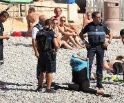 La polémica se desató a partir de esta imagen en la que unos policías obligaban a una mujer a quitarse el burkini. Foto: Gtres.